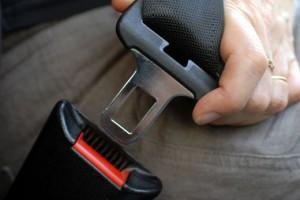 Attacher sa ceinture à l'avant comme à l'arrière