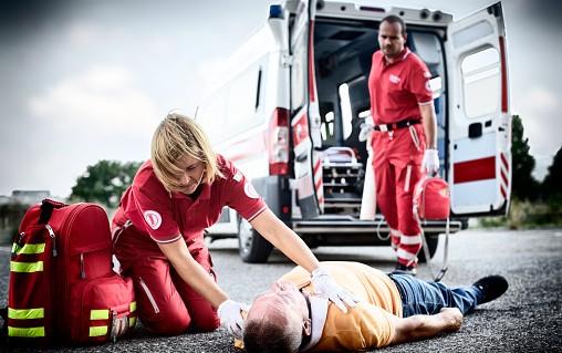 Equipe de secouriste qui intervient auprès d'une victime d'un accident de la route
