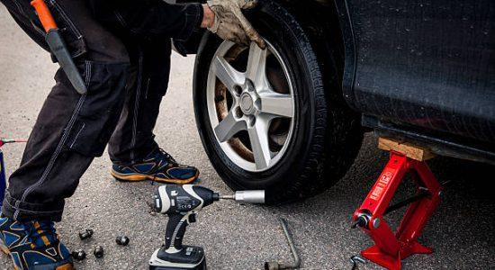 Mécanicien qui change un pneu usé