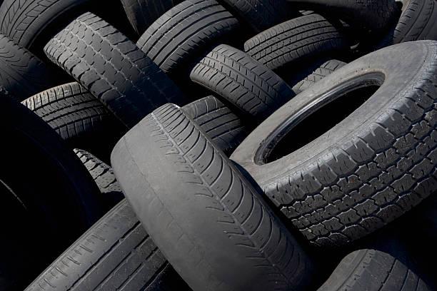 Pile de pneus plus ou moins usés