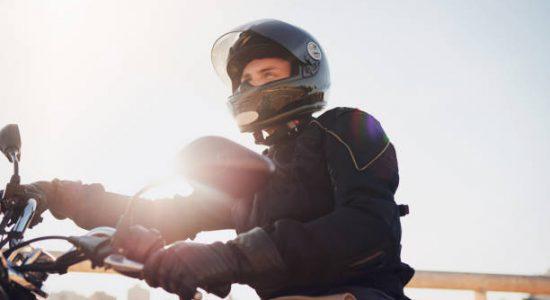 Conducteur de moto avec un équipement composé d'un casque, d'une veste et de gants