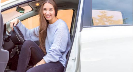 jeune fille dans une voiture