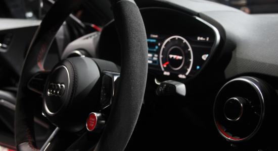 Gros plan sur le volant et le tableau de bord d'une Audi