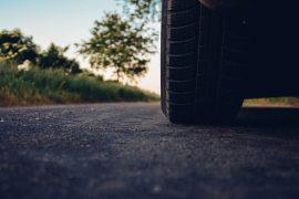 Zoom sur un pneu de voiture en bon état sur la route